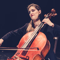 Professional cellist expert in music pedagogy offers creative cello lessons in Valencia.