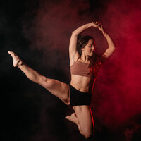Professional dancer offering dance lessons from home (ONLINE), Let's move our body!